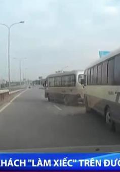 """Đánh võng cản đường đi, 2 xe khách """"đánh đu"""" cùng tử thần trên cao tốc"""