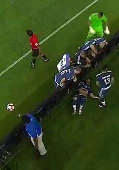 VIDEO: Đứng tim với pha bóng hy hữu khiến Lavezzi nằm bất động