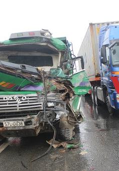 TP.HCM: Giải cứu tài xế bị mắc kẹt trong cabin sau tai nạn