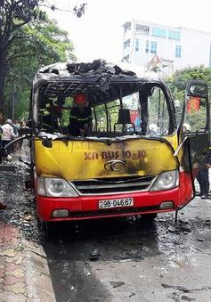 Hà Nội: Xe buýt bốc cháy dữ dội, hành khách tháo chạy
