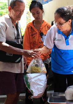 Cán bộ phường nấu cơm miễn phí cho các hộ dân nghèo