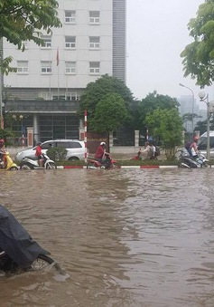Người dân Hà Nội khổ sở sau trận mưa ngập