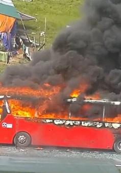 [VIDEO] Xe khách bốc cháy ngùn ngụt trên cao tốc Pháp Vân - Cầu Giẽ
