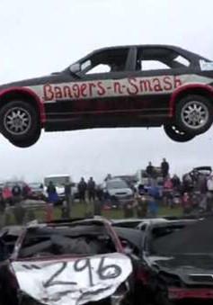 Thót tim với lễ hội bay ô tô mạo hiểm tại Anh