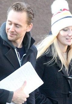 Tom Hiddleston sánh đôi bên bản sao Taylor Swift