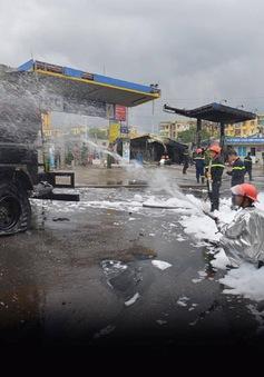 Xe bồn bốc cháy bén vào cây xăng tại khu Đền Lừ, thiêu rụi 3 xe máy