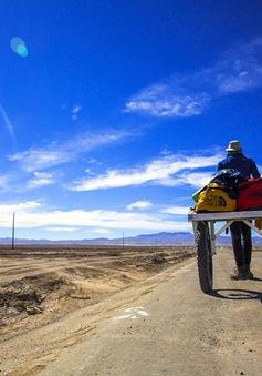 Nhiếp ảnh gia đơn độc khám phá sa mạc muối lớn nhất thế giới ở Bolivia