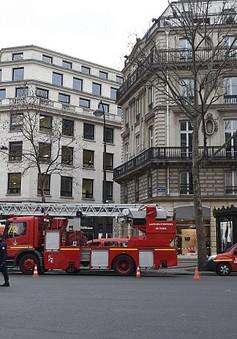 Chùm ảnh: Khách sạn Công nương Diana từng lưu trú chìm trong khói đen