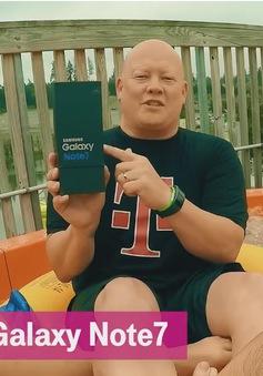 """""""Chất lừ"""" màn mở hộp Galaxy Note 7 trên... cầu trượt nước"""