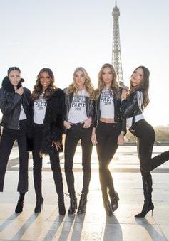 Dàn chân dài của Victoria's Secret tạo dáng bên tháp Eiffel
