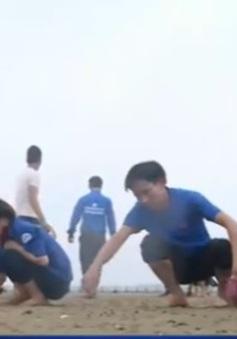 Thanh niên giúp đỡ người dân làm sạch bờ biển