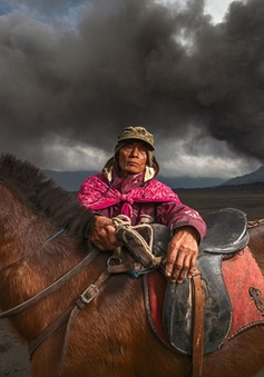 """Ranh giới sống chết của những """"kỵ binh"""" dưới chân núi lửa ở Indonesia"""