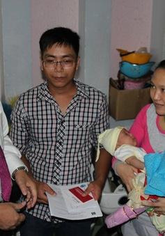 Chủ tịch Đà Nẵng đến tận nhà trao giấy khai sinh cho trẻ