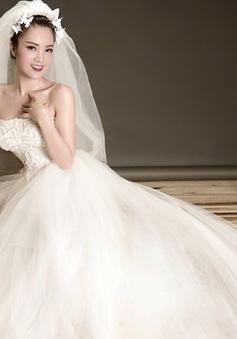 Á hậu Thụy Vân diện váy cưới, xúc động như lần đầu lên xe hoa