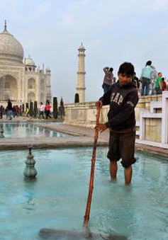 Quan chức Ấn Độ gây bão dư luận khi rửa đường đón cấp trên