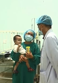 Bé trai ghép gan khi mới 13 tháng tuổi xuất viện