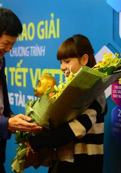 Khách hàng trúng giải thưởng của Viettel ủng hộ chương trình TTCE 10 triệu đồng