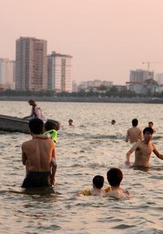 Mặc biển cấm, hàng chục người dân Thủ đô tắm giữa Hồ Tây