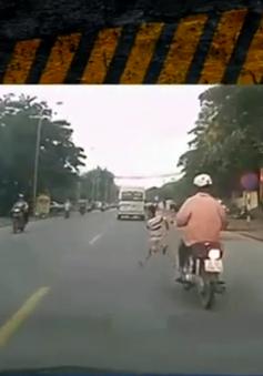 Bất ngờ băng qua đường, 2 bé trai suýt bị xe tông