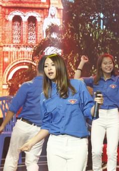 Kimmese mang phong cách tươi trẻ lên sân khấu Giai điệu tự hào tháng 8