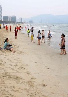 Người dân đã có thể yên tâm tắm biển ở miền Trung