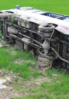 Lật xe khách tại Nghệ An, 8 người bị thương