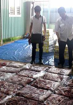 Bắt quả tang vụ ngâm hóa chất biến thịt trâu thành thịt bò