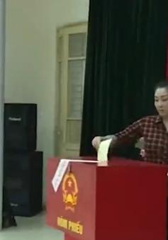 Cử tri Trại tạm giam số 1 Hà Nội hào hứng bỏ phiếu bầu cử