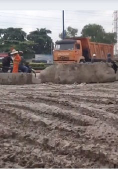 TP.HCM: Hàng tấn bùn đất đổ tràn trên xa lộ Hà Nội