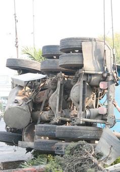 Lật xe container chở phế liệu, tắc đường nhiều giờ đồng hồ