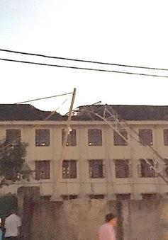 Cần cẩu đổ sập vào trường học, 1 học sinh tử vong tại chỗ