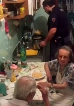 Cảnh sát Italy nấu bữa tối cho cặp vợ chồng già cô đơn