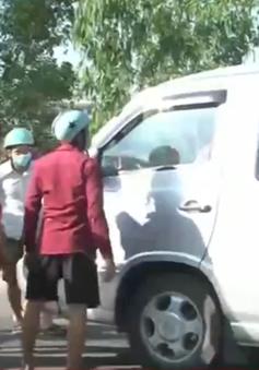 Phòng trọ ế khách, dân chặn xe đưa đón công nhân