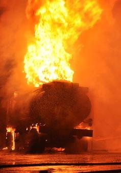 Cận cảnh xe bồn bốc cháy ngùn ngụt tại cây xăng Quảng Ninh