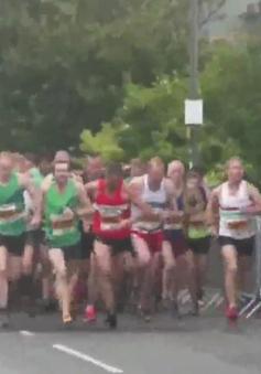 Anh: Hơn 1.000 người tham gia chạy đua với tàu hỏa