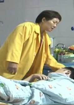 Côn đồ ngang nhiên xông vào bệnh viện, chém đứt gân tay người bệnh