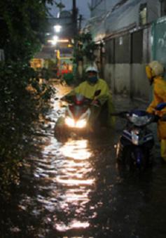 Nhiều phương tiện chết máy sau mưa lớn ở TP.HCM