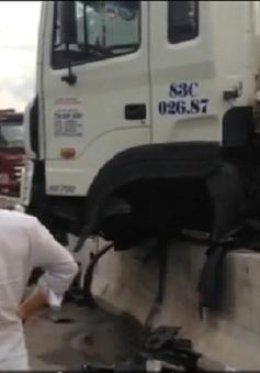 TP.HCM: Xe container gặp nạn trên cầu Phú Mỹ, giao thông tê liệt