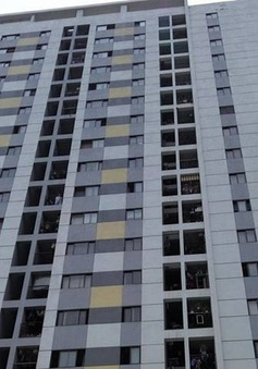 Cố với đồ chơi, bé trai rơi từ tầng 11 khu chung cư Linh Đàm