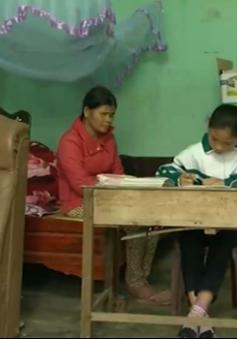 Cảm động em học sinh vừa đi học vừa chăm mẹ mù lòa