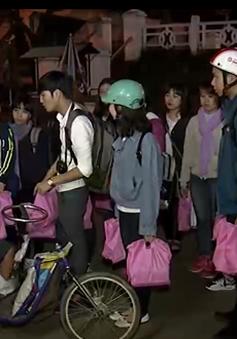 """Nhóm từ thiện """"Trái tim hồng"""" mang hơi ấm đến với người vô gia cư"""