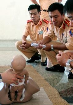 Cảnh sát giao thông Hà Nội học... đỡ đẻ