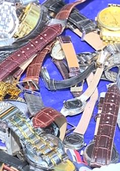 Dùng búa, xe lu hủy hàng trăm đồng hồ giả các thương hiệu lớn