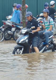 Lượng mưa lớn đột biến tại Hà Nội vượt quá khả năng của hệ thống thoát nước