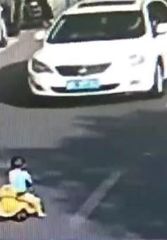 Giải cứu em bé lái ô tô đồ chơi giữa đường phố