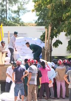 TT-Huế: Ngư dân đầm phá Tam Giang phấn khởi nhận gạo hỗ trợ