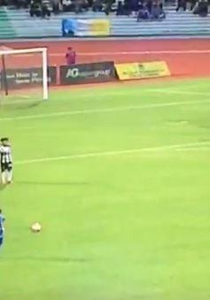 """Choáng váng trước siêu phẩm sút phạt """"vi diệu"""" của cầu thủ Malaysia"""