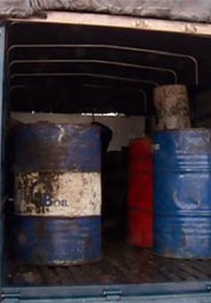 Bắt giữ hơn 600 lít dầu ăn đã qua sử dụng đưa ra Hà Nội tái chế