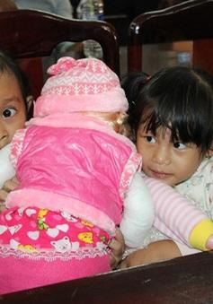 Bình Phước: Hai bé gái bị trao nhầm trở về với cha mẹ ruột sau 3 năm