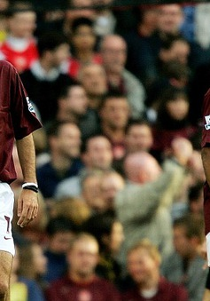 """Johan Cruyff, Thierry Henry từng đá penalty """"xấu chơi"""" kiểu Messi – Suarez"""